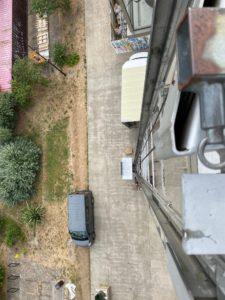 Monter du matériel de chantier sur un toit