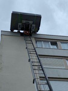 Monter le matériel de tournage d'un Film sur un toit